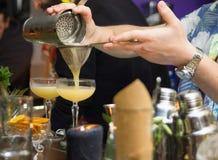 Twee cocktails op de barteller stock foto's