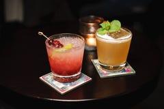 Twee cocktails op houten lijst stock afbeeldingen