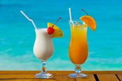 Twee cocktails op lijst royalty-vrije stock afbeelding