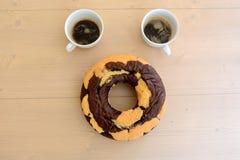Twee coffekoppen en chocoladecake Royalty-vrije Stock Foto's