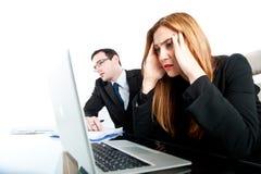 Twee collega's die beklemtoond terwijl op het werk kijken Stock Foto's