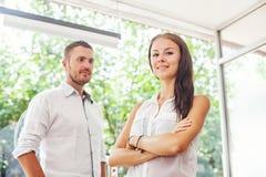 Twee collega's die in bureau werken Royalty-vrije Stock Afbeelding