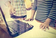 Twee collega's die gegevens bespreken die met bouwplan werken Stock Foto