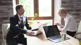 Twee collega's wachten op een commerciële vergadering stock video