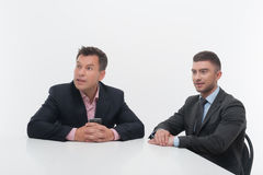 Twee collega'spartners die bij bureau zitten Royalty-vrije Stock Fotografie
