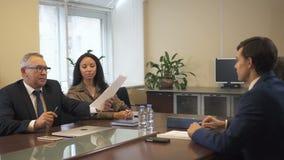 Twee commerciële teams die contract in de ruimte van de bureauconferentie bespreken stock videobeelden