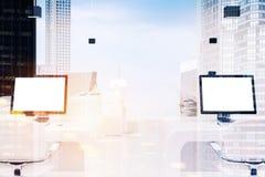 Twee computers met de lege schermen, gestemd bureau royalty-vrije illustratie