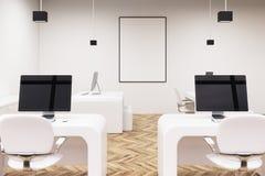 Twee computers met de zwarte schermen, bureau stock illustratie
