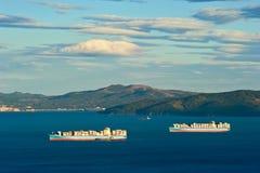 Twee containerschip Maersk in Nakhodka-Baai Het Verre Oosten van Rusland Van het oosten (Japan) het Overzees 12 10 2012 Royalty-vrije Stock Foto