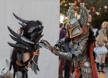 Twee cosplayers kleedden zich als karakters Neltharion en Voorvechter Royalty-vrije Stock Fotografie