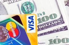 Twee creditcards en dollar rekeningen Royalty-vrije Stock Foto