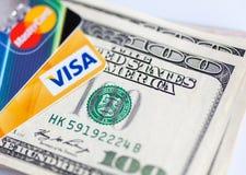 Twee creditcards en dollar rekeningen Royalty-vrije Stock Afbeelding
