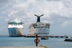 Twee Cruiseschepen bij haven Royalty-vrije Stock Afbeeldingen