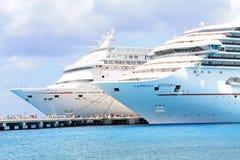 Twee Cruiseschepen bij haven Stock Foto's