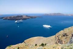 Twee cruiseschepen die in blauwe overzees in caldeira van Santorin liggen, royalty-vrije stock fotografie