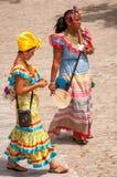 Twee Cubaanse dames ` Costumbrista ` in San Francisco Square in Havana royalty-vrije stock afbeelding