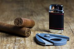 Twee Cubaanse sigaren met een aansteker en een snijder stock fotografie