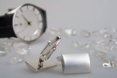 Twee cufflinks met chrystals en horloge Stock Afbeelding