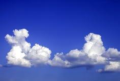 Twee cumuluswolken op een blauwe hemel Royalty-vrije Stock Afbeeldingen