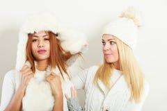 Twee dames in de winter witte uitrusting royalty-vrije stock afbeeldingen