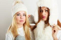Twee dames in de winter witte uitrusting stock foto's