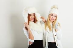 Twee dames in de winter witte uitrusting royalty-vrije stock foto