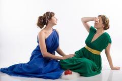 Twee dames en appel stock foto's