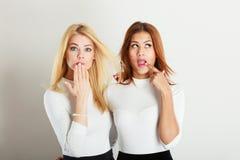 Twee dames in onhandig ogenblik Royalty-vrije Stock Afbeeldingen