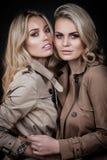 Twee dames in overjassen Stock Afbeelding