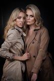 Twee dames in overjassen Royalty-vrije Stock Afbeelding