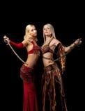 Twee de blonde tribune van het schoonheidsmeisje met sabel Stock Foto's