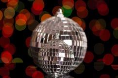 Twee de briljante bal van spiegelkerstmis, op donkere flikkerende achtergrond Royalty-vrije Stock Afbeeldingen