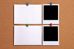 Twee de fotokaders van de polaroidstijl met lege witte die notakaarten aan cork worden gespeld merken raad, exemplaarruimte op Stock Foto