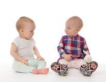 Twee de meisjespeuters van de kindbaby het zitten Stock Foto