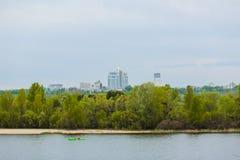 Twee de rivier van de achtergrond seaterkajak stads hoge gebouwen Stock Foto's