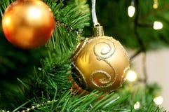 Twee deautiful Oranje Kerstmisspeelgoed die op de Kerstboom hangen verfraaid met fonkelingen met een patroon van wijnmakerij royalty-vrije stock foto's