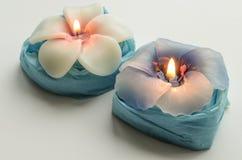 Twee decoratieve brandende kaarsen in de vorm van bloemen Royalty-vrije Stock Fotografie