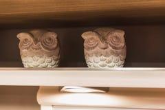 Twee decoratieve witte uilcijfers in vorstelijk of een plank binnen ca stock fotografie
