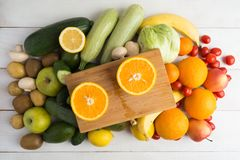 In twee delen van overboord sinaasappel en andere vruchten en groenten Stock Foto