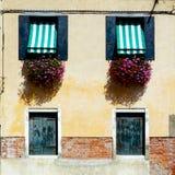 Twee deuren en twee vensterswoningbouw stock foto's