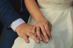 Twee dichte handen merried omhoog enkel met ringen Stock Foto