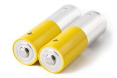 Twee die aa-batterijen, op witte achtergrond worden geïsoleerd Stock Fotografie