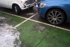 Twee die auto's op het parkeerterrein worden geparkeerd stock foto