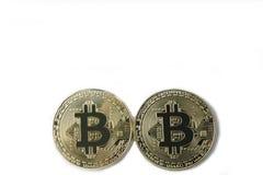 Twee die bitcoins - goud op witte achtergrond wordt geïsoleerd Stock Afbeeldingen