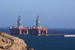 Twee die boorplatforms aan een dok in een industriële haven worden vastgelegd royalty-vrije stock fotografie