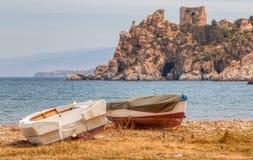 Twee die boten op de kust worden vastgelegd royalty-vrije stock foto's