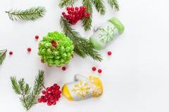 Twee die cakes in de vorm van vuisthandschoenen van marsepein, Kerstboom worden van room wordt gemaakt gemaakt die op de groene t Stock Afbeelding