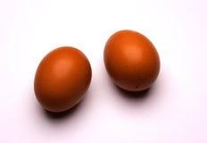 Twee die eieren op witte achtergrond worden geïsoleerd Royalty-vrije Stock Afbeeldingen
