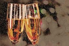 Twee die glazen met wijn worden gevuld Royalty-vrije Stock Fotografie