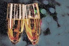 Twee die glazen met wijn worden gevuld Royalty-vrije Stock Afbeelding